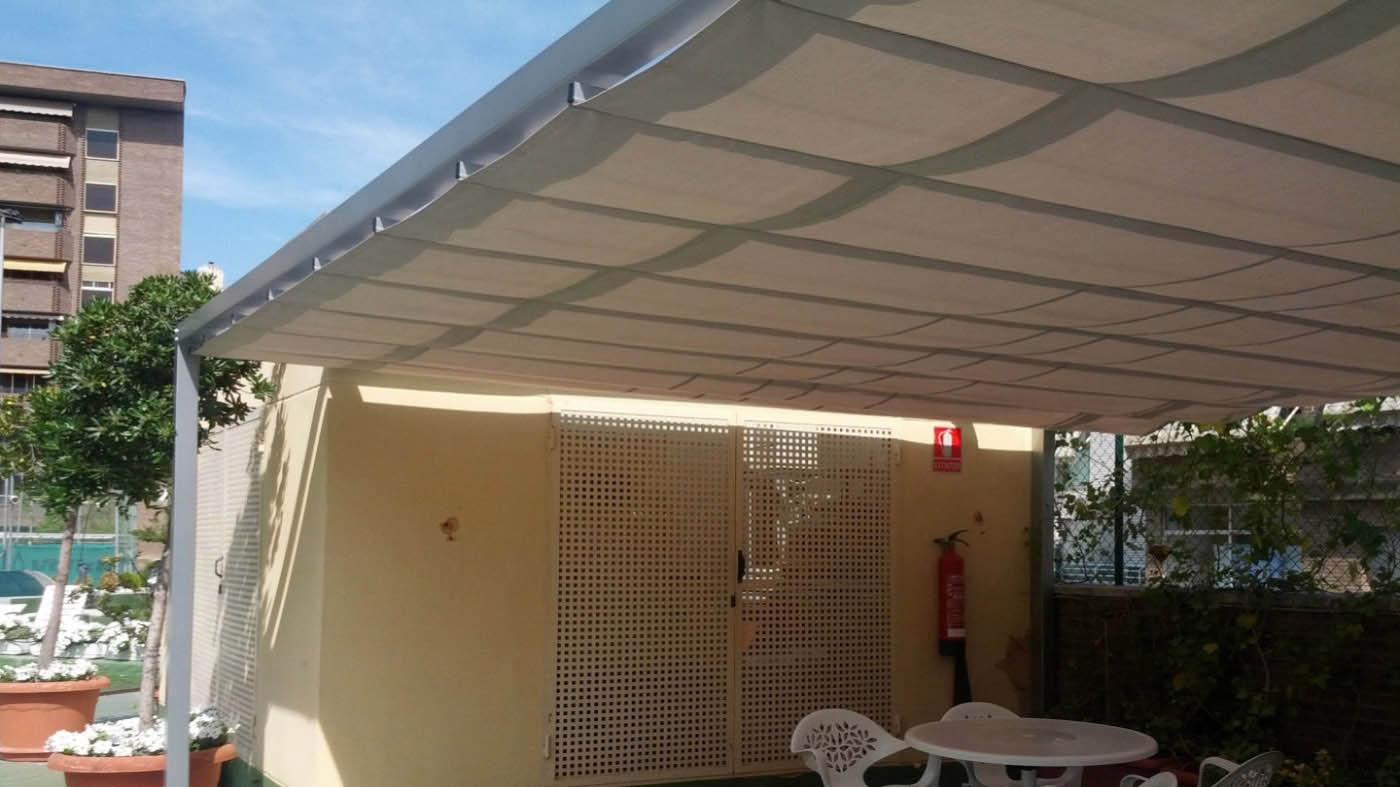 Toldo tipo pergola de estructura de aluminio de 90x96 con instalación en terraza