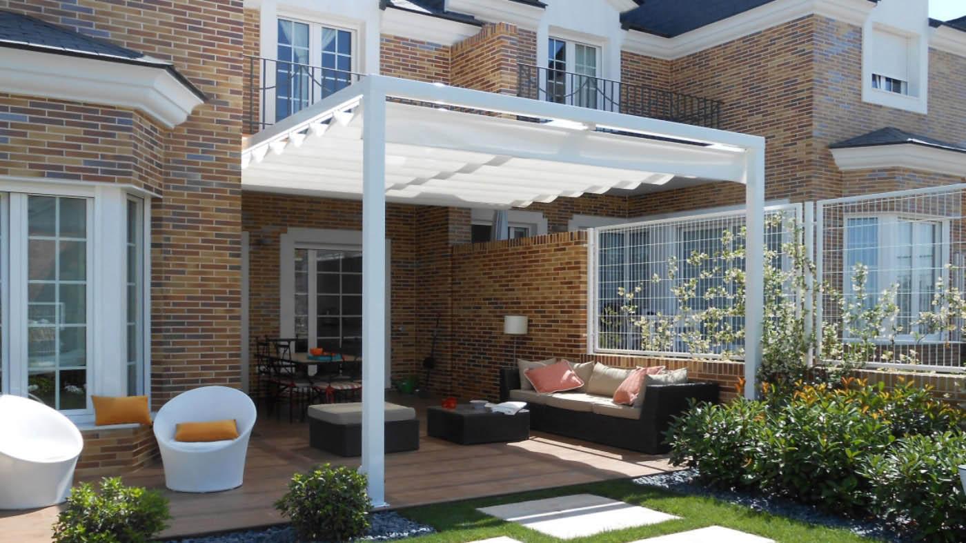 Pergola con estructura forma cubo y perfiles de aluminio 110x110 instalada en jardín
