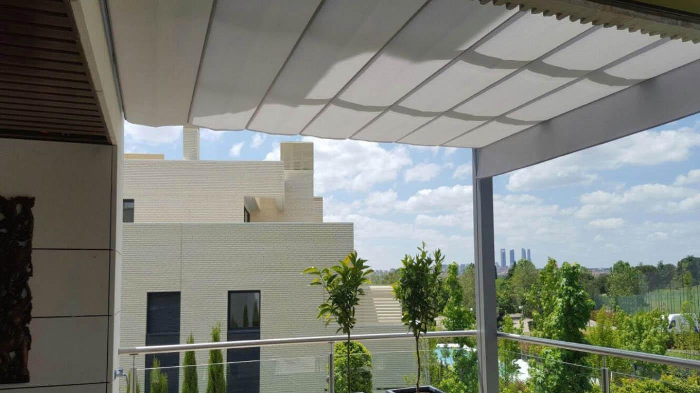 Pergola con  guías de aluminio lacado de 125x80 intalacion en  terraza