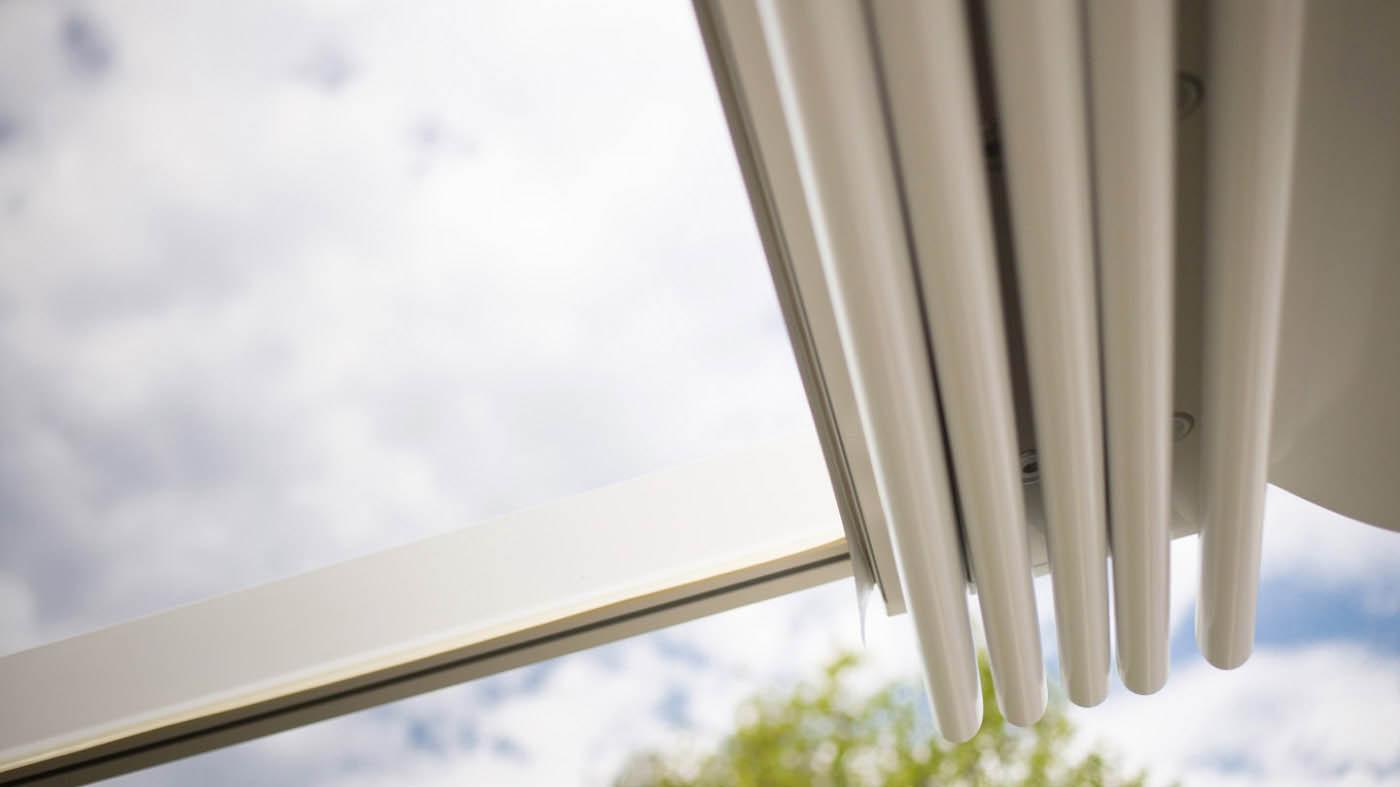 Pliegues de pergola entreparedes con guías de aluminio y cubierta retráctil de lona PVC