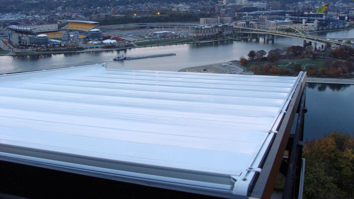 Vista aerea de pergola entrepardes con guías de aluminio y cubierta retráctil de lona PVC