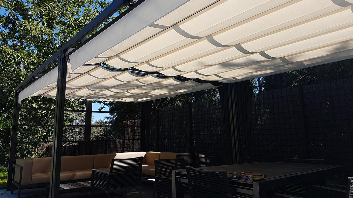 Pergola 110x110 instalada en jardin con perfiles de aluminio lacado