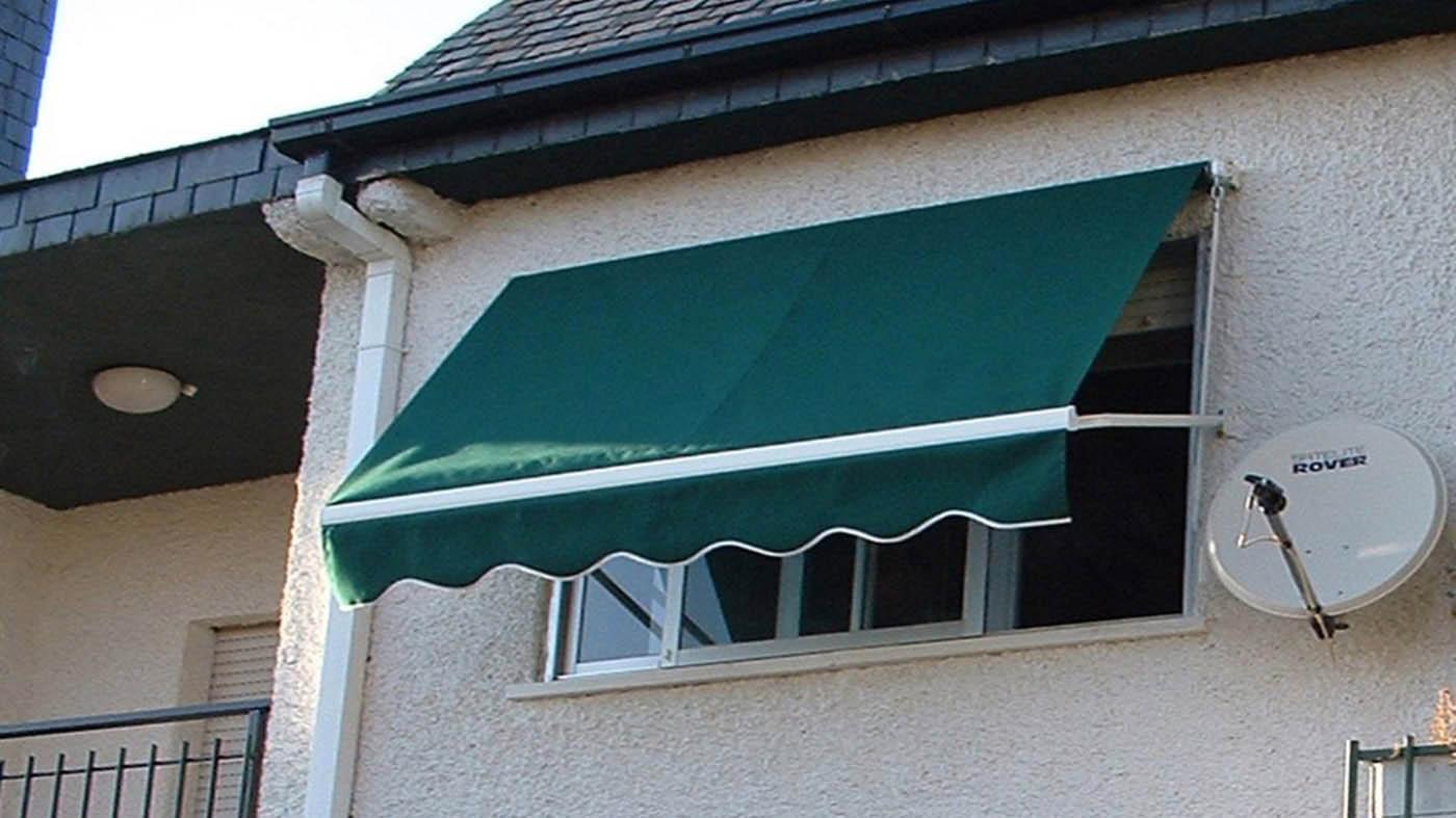 Toldo punto recto instalado en ventana con lona acrílica verde