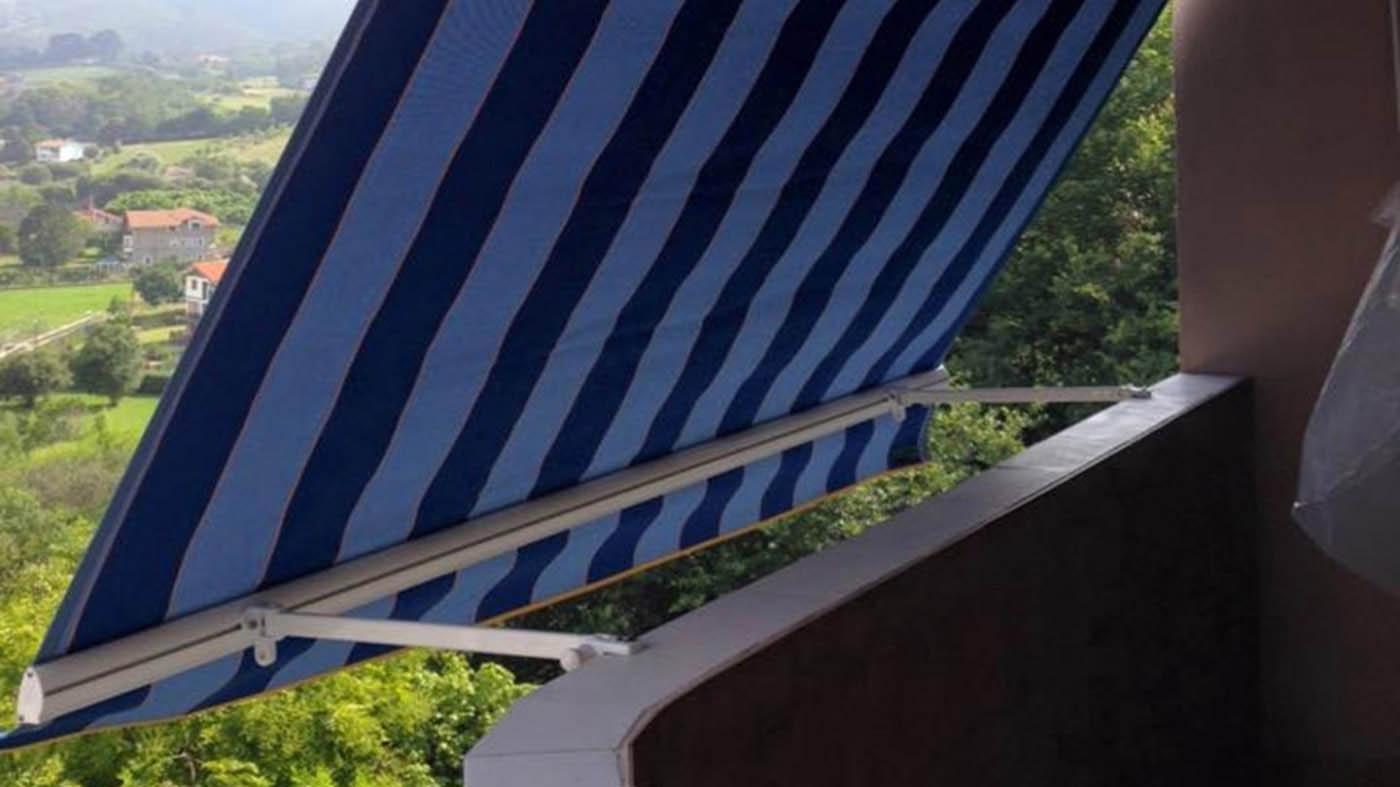Toldo stor vertical y lona acrílica con rayas azules